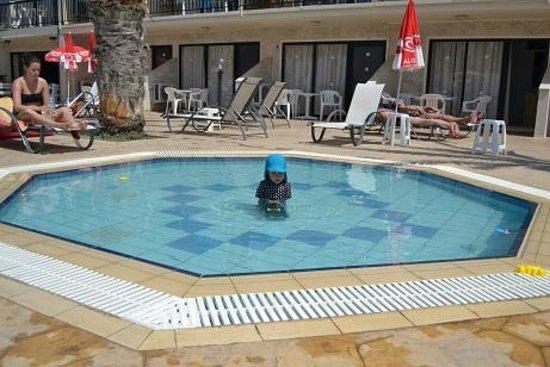 Simos Magic Beach Hotel Apartments : The babypool