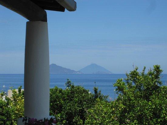 La Zagara Hotel: Vue sur Panarea et le Stromboli depuis chambre 19