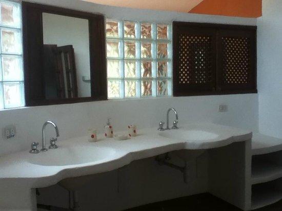 Une salle de bains originale, tooute en pierre - Picture of ...