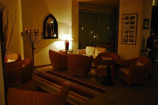 Hotel Conchiglia: Das Hotel am Abend vor der Bar, innen