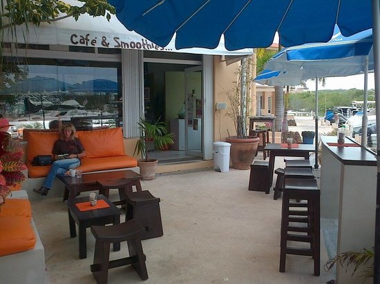 Bamboo Cafe & Smoothies: quiet terrace at Bamboo Cafe Puerto Aventuras