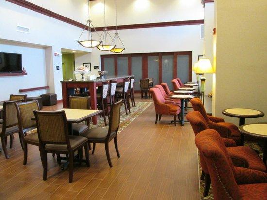 Hampton Inn & Suites Prattville: Breakfast seating area- food is served behind the doors in back