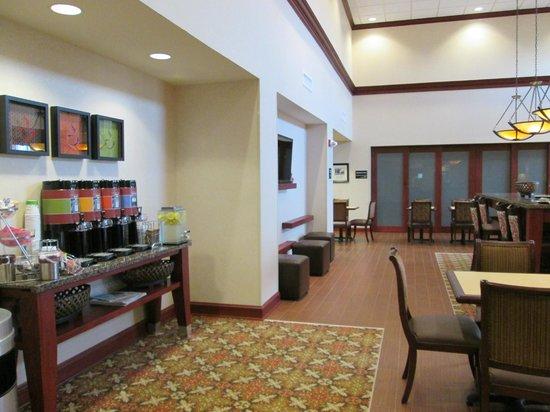 Hampton Inn & Suites Prattville: Breakfast area with good coffee service