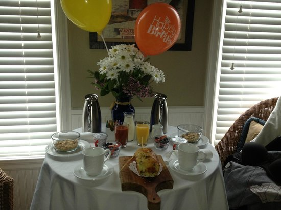 Snug Harbor Inn: Breakfast Set Up