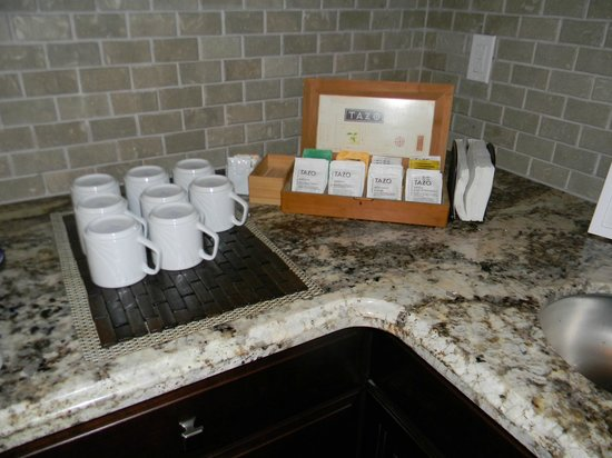 Snug Harbor Inn: A tea station in the hotel lounge