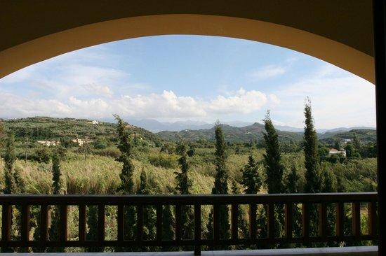 Minoa Palace Resort & Spa: Vue de notre balcon sur les montagnes