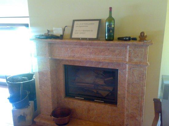 Fratelli Vogadori : esemplare camino con una bottiglia di vino vogatori