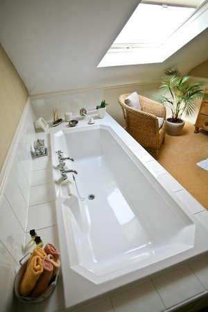 St. Clements Lodge: Large bathroom with separate shower