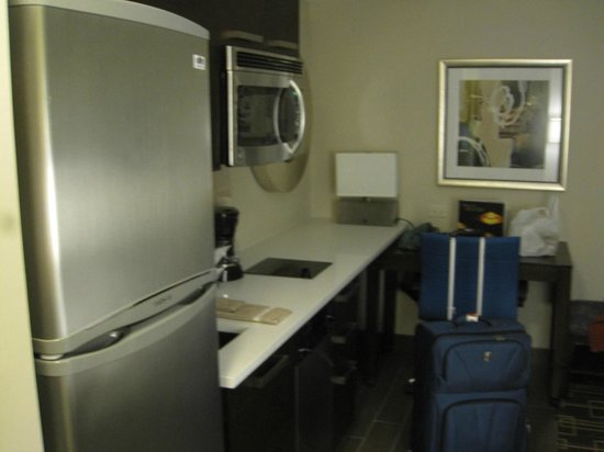 Residence Inn New York Manhattan / Midtown East: Kitchen and working areas
