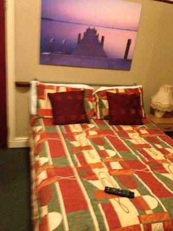 Caroldene Hotel: very comfortable bed, lamp