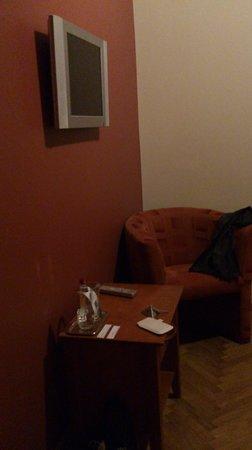 Elizabete Hotel: ТВ и кресло напротив кровати