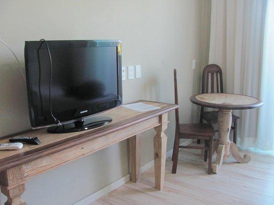 Hotel Don Quijote: Televisão e mesinha de canto na suíte luxo