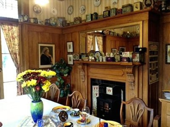 Baywick Inn: Breakfast room with innkeepers' biscuit box collection