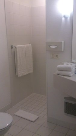 TRYP Kongresshotel Muenster: Просторная ванная, душ без пластиковых стенок