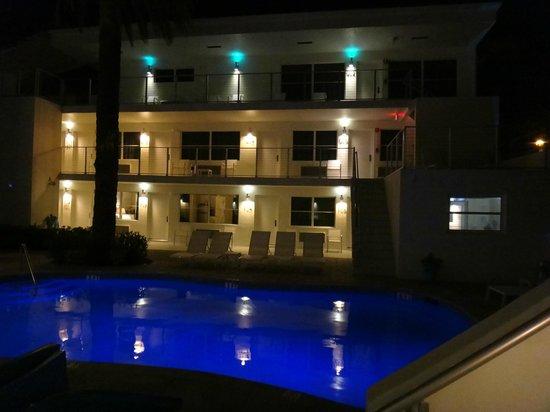 The Aqua Hotel: Una de las piscinas y un ala del Hotel