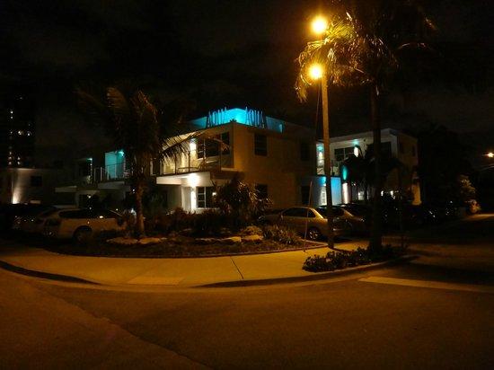 The Aqua Hotel: Exterior nocturno y estacionamientos gratuitos