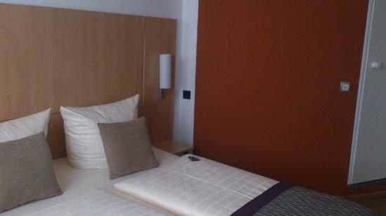 City Hotel Hamburg Mitte: Номер, оранжевая стенка - это ванная