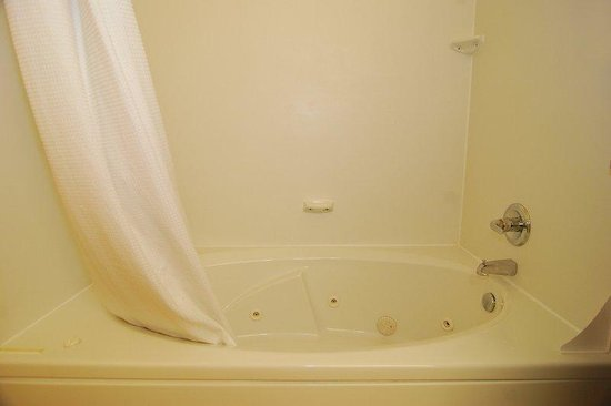 Red Roof Inn: Jacuzzi Bath