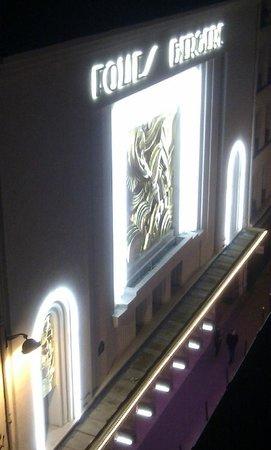 Pavillon Opera Bourse: Folies Bergere at night