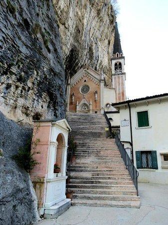 Ferrara di Monte Baldo, Italy: Após passar por um túnel, logo verá o santuário
