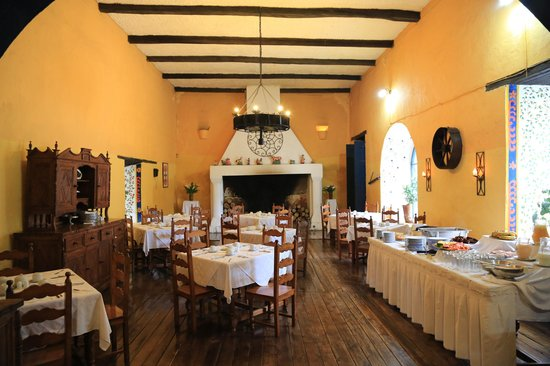 Hacienda Pinsaqui: Cheerful Dining Room Breakfast Buffet