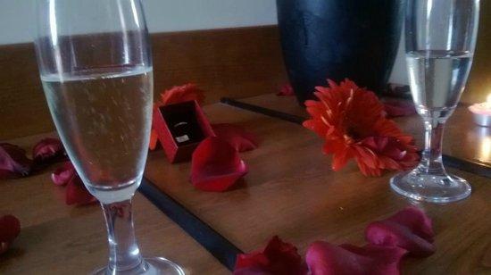 Hotel Italia & Lombardi: Tavolo della camera all'arrivo abbiamo aggiunto solo l'anello.