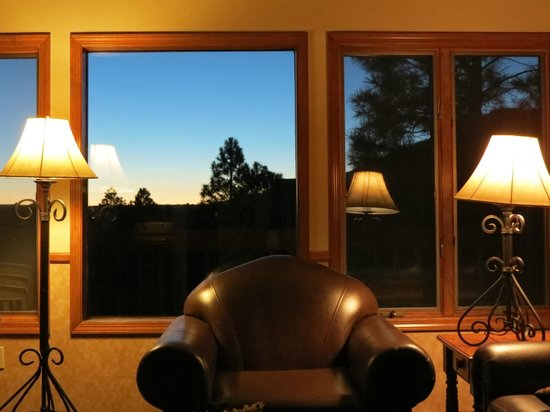 Wyndham Flagstaff Resort : Wyndham Flagstaff 2 Bedroom Unit - Living Area Evening View #1
