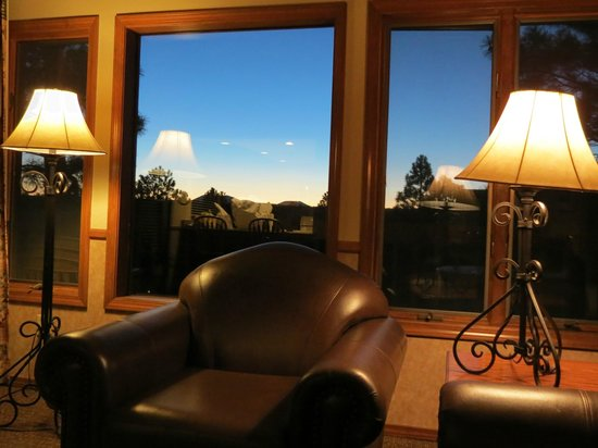 Wyndham Flagstaff Resort : Wyndham Flagstaff 2 Bedroom Unit - Living Area Evening View #2