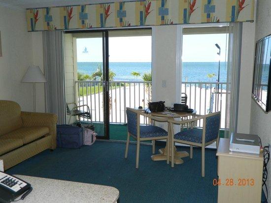 Sailport Waterfront Suites: Living room