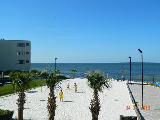 Sailport Waterfront Suites: volleyball area