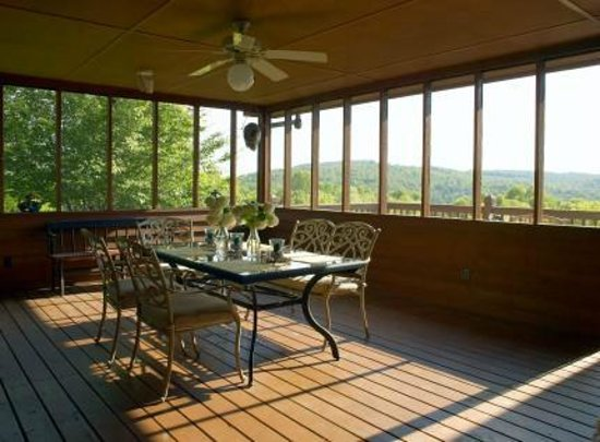 Mountain Song Inn: Porch picnic