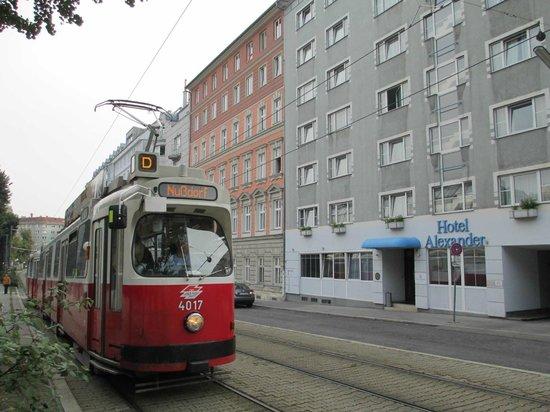 """Alexander Hotel : Вид на отель со стороны трамвайной линии """"D""""."""