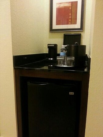 Houston Marriott Energy Corridor: coffee bar and mini fridge