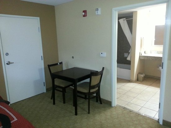 Comfort Suites Brunswick: Small Table