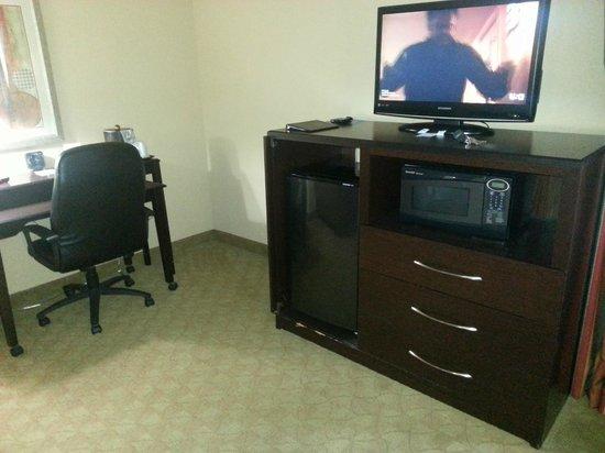 Comfort Suites Brunswick: Dresser/Refrigerator/Microwave