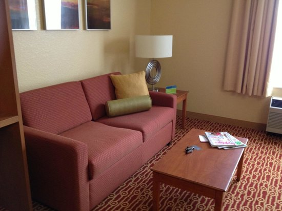 TownePlace Suites Cleveland Airport: Seating area - pulls out into a bed