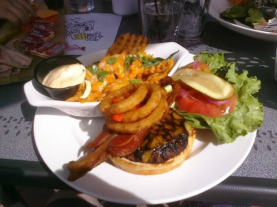 Alpenhorn Bistro & Bar: Guinness Cheese Burger & Moosetrack fries