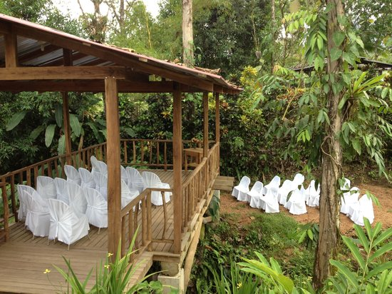 Cabañas Rústicas La Fortuna: Creek side wedding