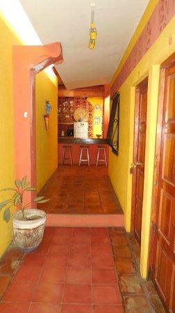 Guesthouse El Nancite: Inkomhal met zicht op keuken