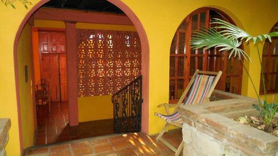 Guesthouse El Nancite: Zicht vanuit binnentuin op ontbijtplaats