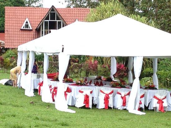 Cabañas Rústicas La Fortuna: Reception held right there on beautiful lawn