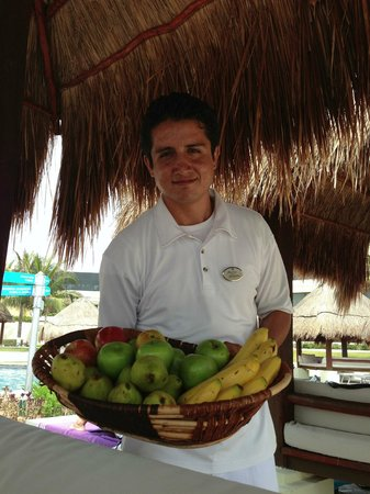 ‪‪Paradisus Cancun‬: Offering fruit at our bali beds‬