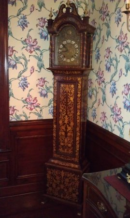 Shining Dawn Bed and Breakfast Retreat Center: Beautiful clocks everywhere