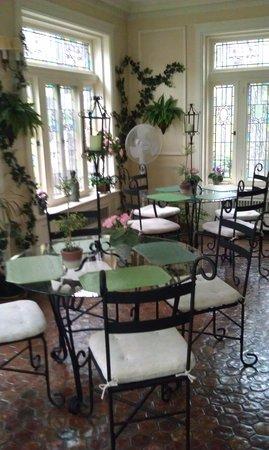 Shining Dawn Bed and Breakfast Retreat Center: Sun room/ breakfast area