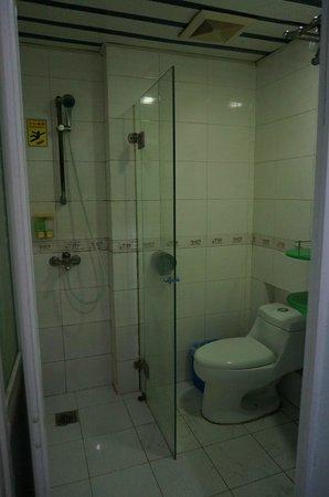 V8 Hotel Guangzhou Ziyuangang: トイレ、シャワー