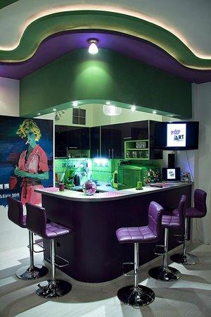 Pop Art Hostel: Kichen and bar