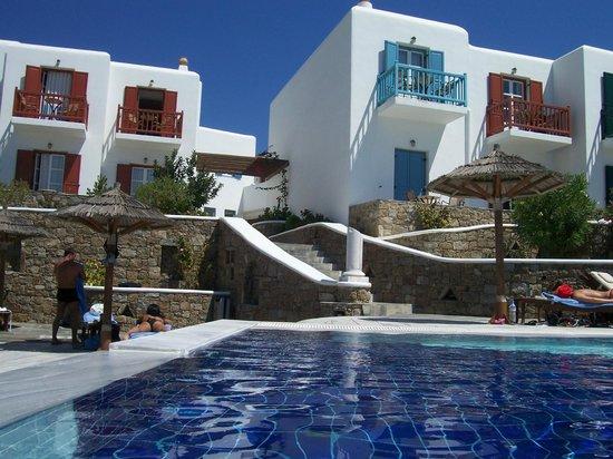 Petasos Beach Resort & Spa: VISTA DE LOS BALCONES DESDE LA PILETA