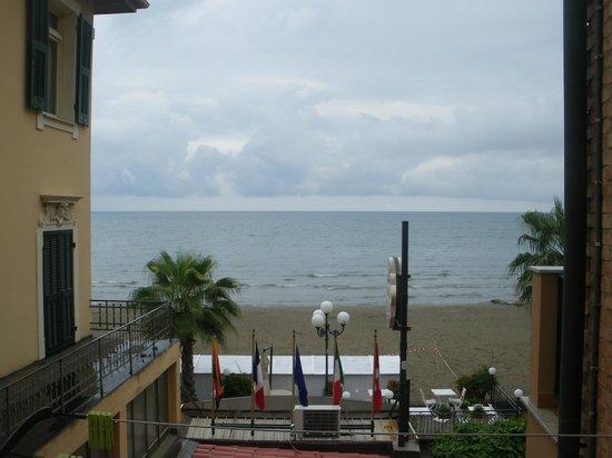 Hotel Tina: une vue sur mer certes mais encastrée entre deux autres résidences