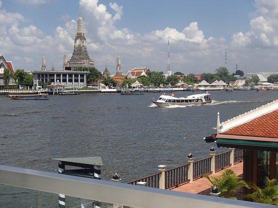 Chakrabongse Villas: Uitzicht op de Wat Arun vanaf één van de terrassen