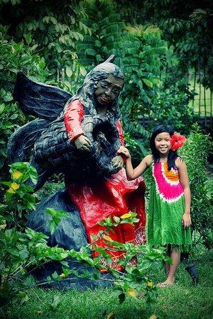 Gumamela Caverock Farm Resort: One of the sculptures of Kublai at Gumamlea Caverock Farm Resort